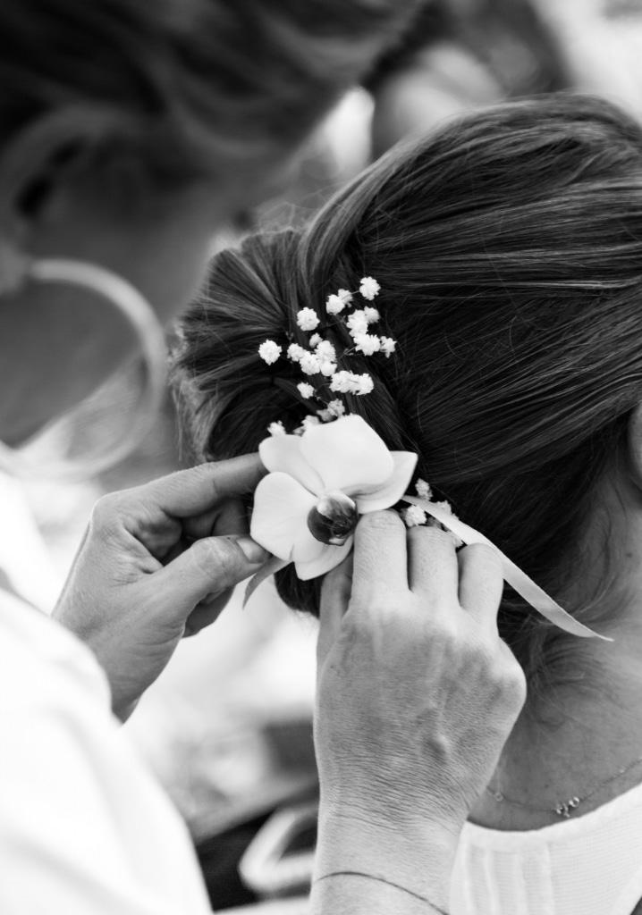 Photo de détail la coiffure de la mariée lors de la préparation du mariage de J&P en Guadeloupe