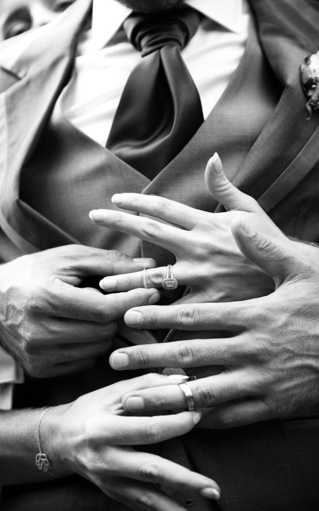 Photo en noir et blanc des mains et des allliances lors d'un mariage en Guadeloupe