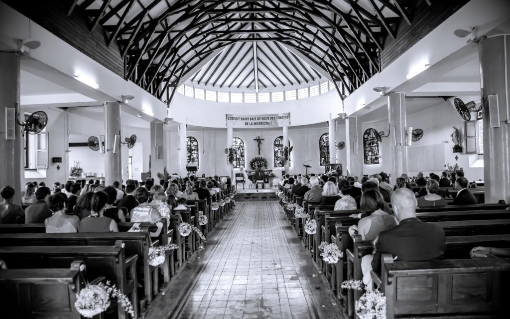 Photo en noir et blanc de l'intérieur d'une église lors d'un mariage en Guadeloupe