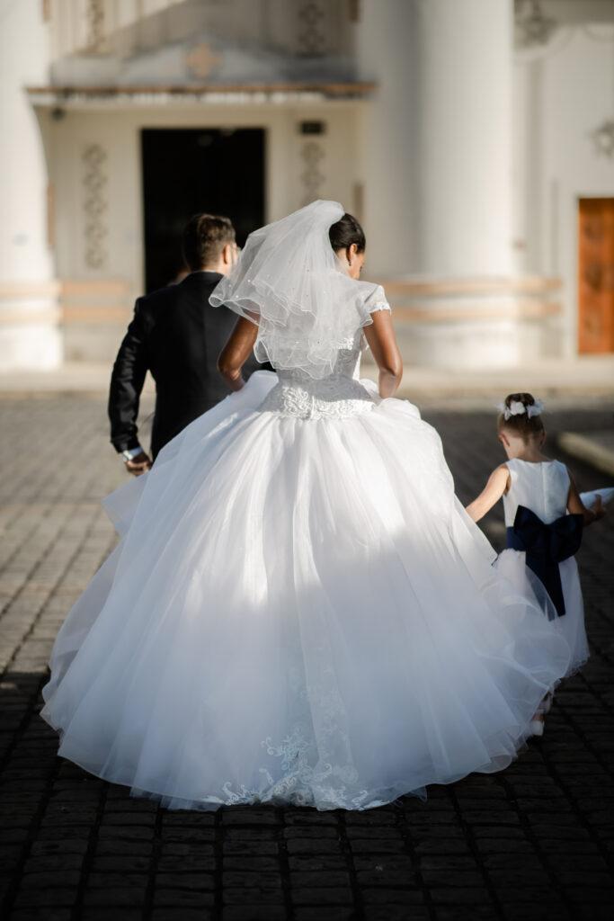 mariés de dos, se rendant à l'église